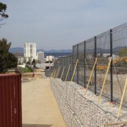 Section 2 - Pose de clôtures sur les murs en gabions du nouveau boulodrome de Saint Tronc